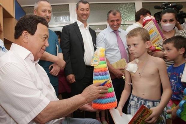 Киевляне принесли пирамидки к посольству России в память о Кобзоне