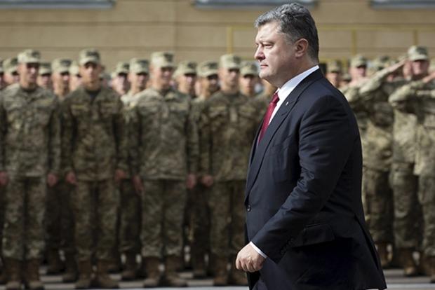 Порошенко наградил военных за героизм