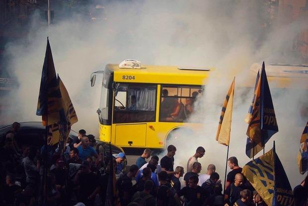 Митинг под Радой: активисты зажгли покрышки и потребовали срочно рассмотреть снятие неприкосновенности с Добкина