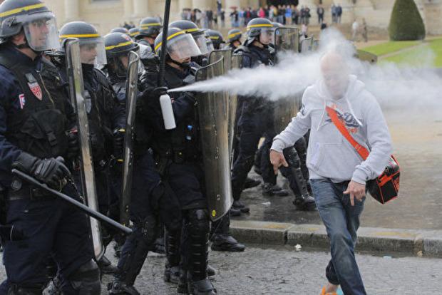 Американцев, протестующих против Трампа, облили слезоточивым газом