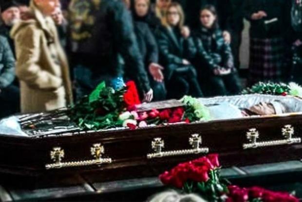 Еле вытащили стакан из рук. Появились жуткие подробности смерти певца Осина