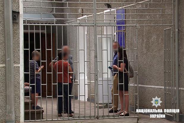 Мати тримала своїх дітей на ланцюгу в Івано-Франківській області