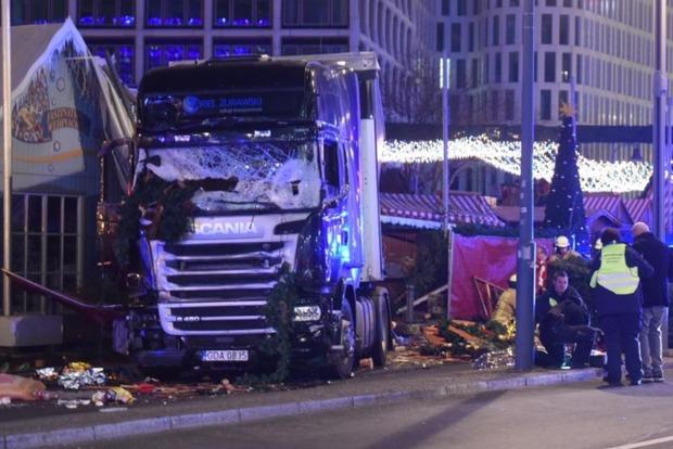 Грузовик въехал в толпу на Рождественской ярмарке в Берлине: 9 погибших