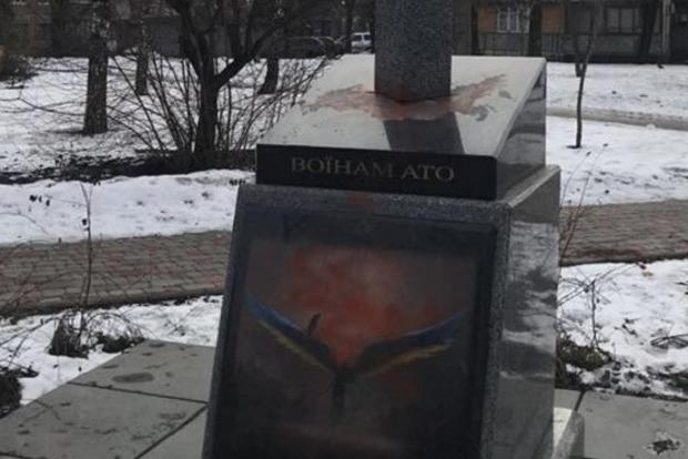 У Києві сплюндрували пам'ятник героям АТО