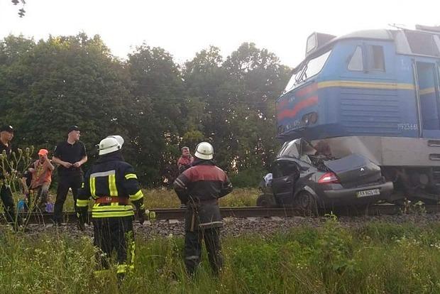 Протащил километр по путям: Бердянский поезд сбил легковушку