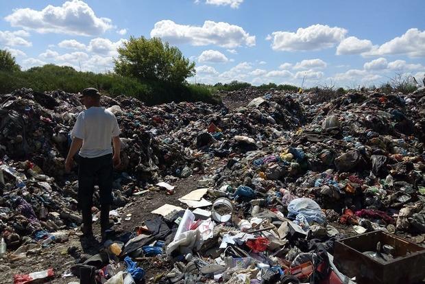 Неизвестные выгрузили под Киевом 40 тонн львовского мусора