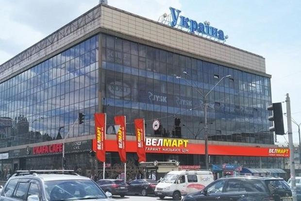 В Киеве из-за звонка о минировании эвакуировали универмаг «Украина»