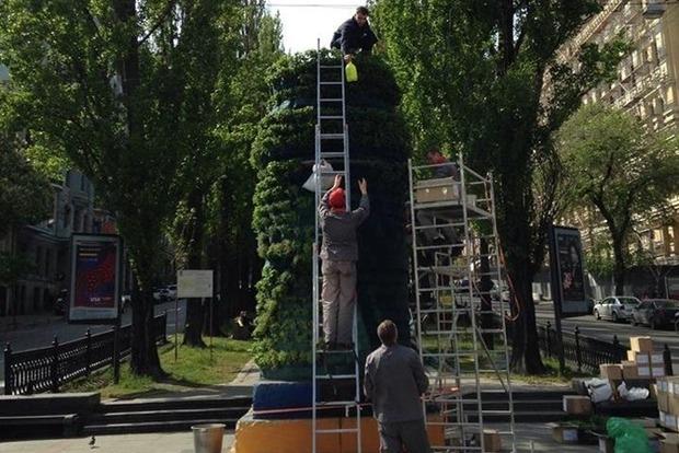 Художники озеленили постамент поваленного Ленина в Киеве