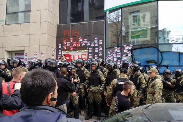 Полиция в Харькове оттеснила активистов от здания «Сбербанка» РФ