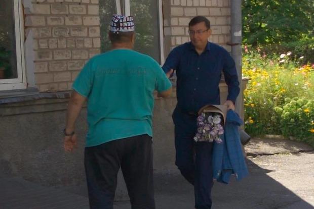 Луценко проведал в больнице облитую кислотой активистку и передал ее дело СБУ