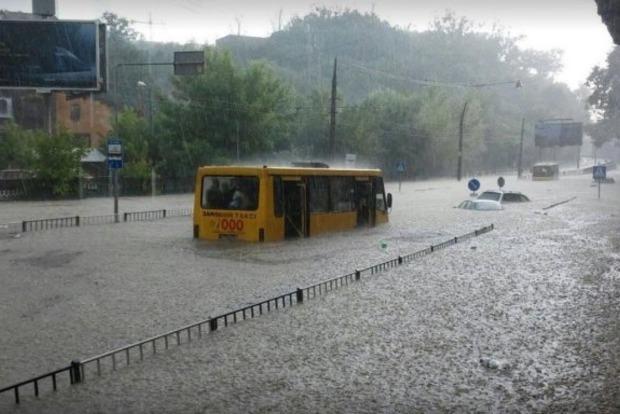 Во Львове буря остановила электротранспорт. Утопились сотни машин
