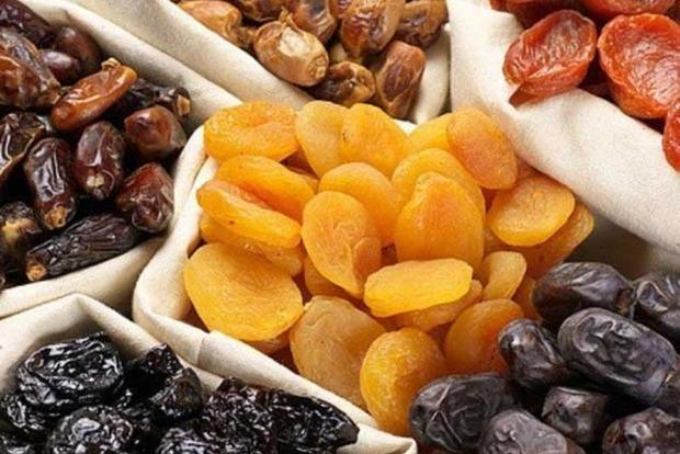 Названо 3 сухофрукти, які корисно їсти взимку