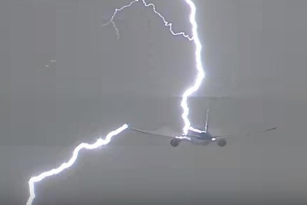 Ваэропорту Амстердама молния угодила  вBoeing