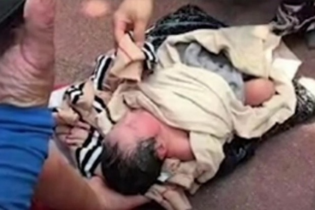 Китаянка отправила младенца курьером в приют