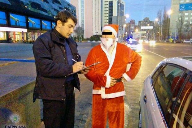 Киевские патрульные остановили авто с Санта-Клаусом за рулем