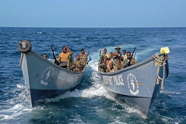 Сомалийские пираты захватили судно, чтобы атаковать другие корабли