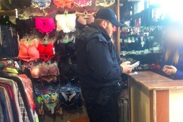 В Киеве пьяный мужчина в маскарадной шляпе с дождиком ограбил магазин одежды