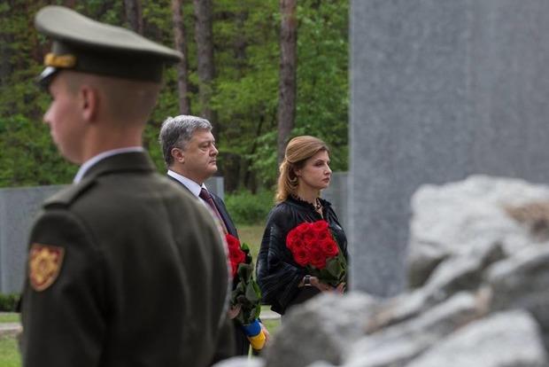 Порошенко посетил «Быковнянские могилы» под крики «Позор» нескольких десятков человек