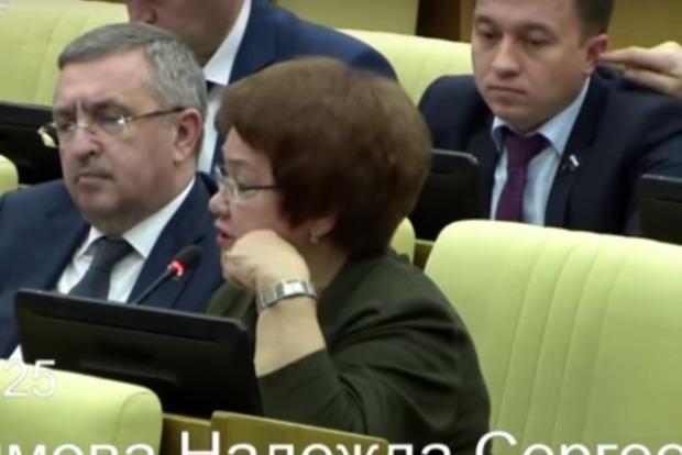 Вся Россия гадает - зачем один депутат Госдумы сунул палец в ухо другому