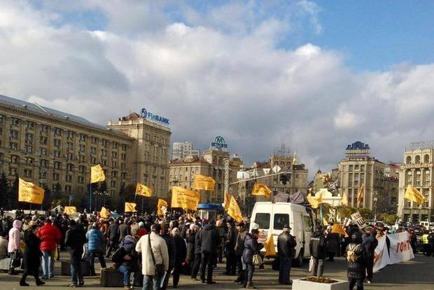 Вкладчики банка перекрыли Крещатик и зажгли шины. В Киеве коллапс