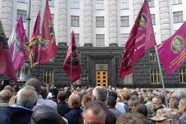 Під Кабміном триває Всеукраїнська акція ветеранів війни
