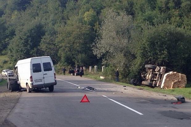 В Закарпатской области в результате ДТП перевернулся КамАЗ