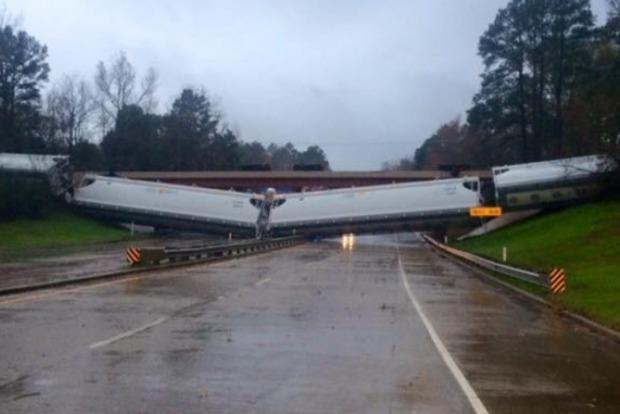 В США поезд рухнул с моста