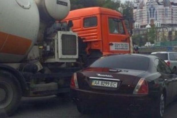 ДТП на 3 млн грн: на мосту Патона в Киеве бетономешалка протаранила Maseratti