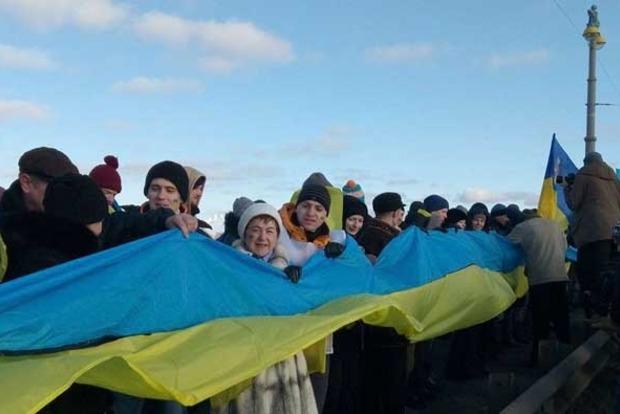 На мосту Патона развернули 30-метровый флаг Украины