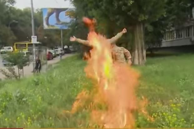 Уволенный из ВСУ доброволец поджег себя возле Минобороны: видео