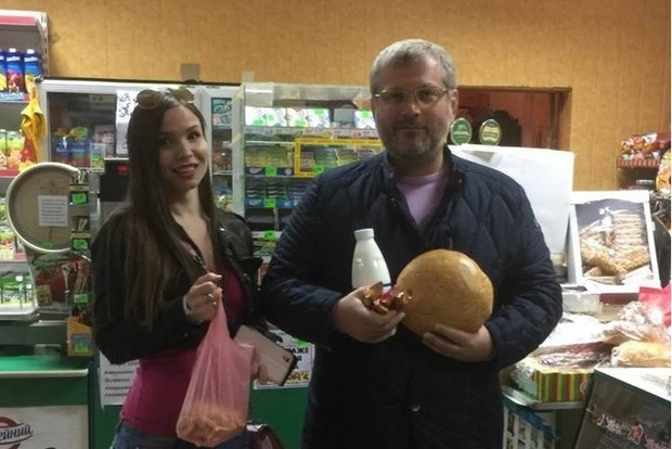 В соцсетях высмеяли фото миллионера Вилкула с хлебом и кефиром