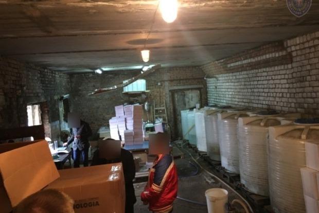 В Черниговской области налоговики ликвидировали крупный цех по производству фальсифицированного алкоголя