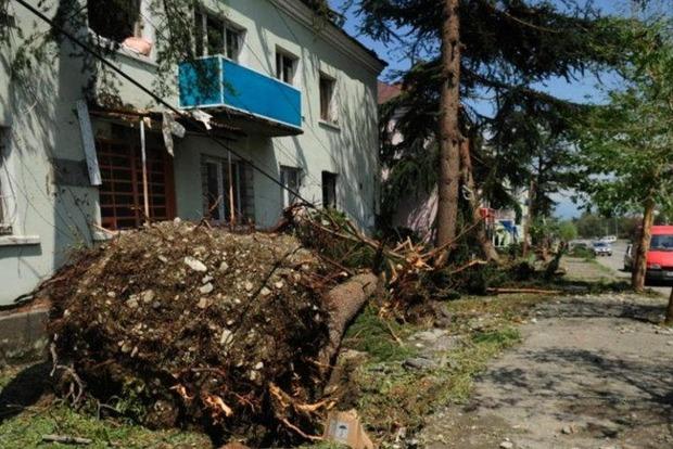 В Грузии мощный ураган срывает крыши домов и валит деревья