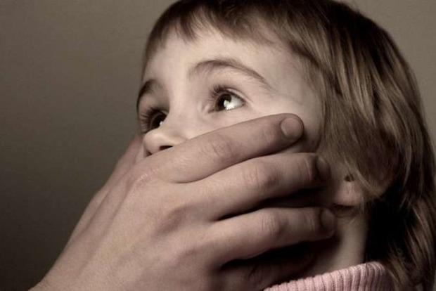 Брал на выходные и совращал: в Николаеве отец растлил 4-летнюю дочку
