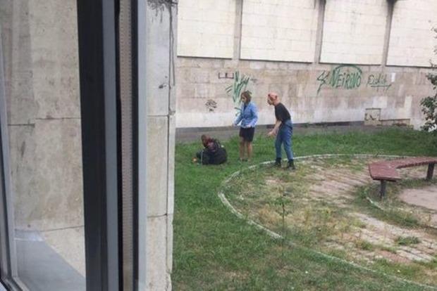 Молодий чоловік під будівлею КПІ намагався перерізати собі горло