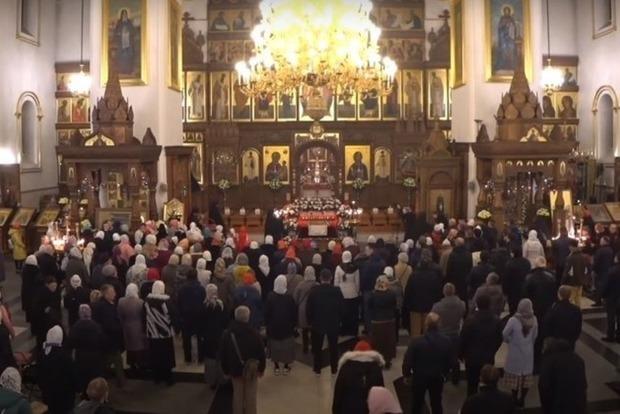 Сколько украинцев верят, что коронавирус можно вылечить молитвой. Результаты опроса