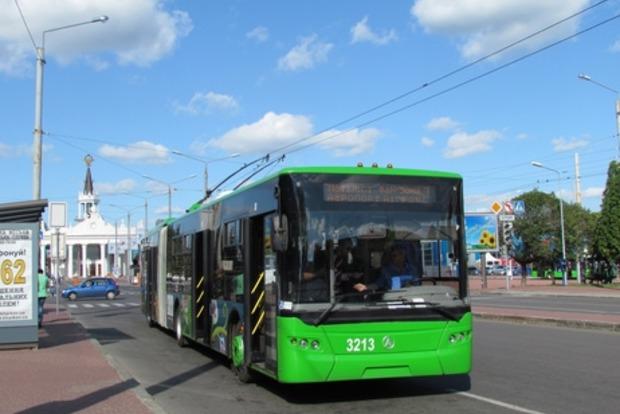 В Харькове неизвестные обстреляли троллейбус