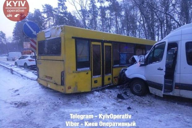 На трассе Киев - Чоп столкнулись автобус и маршрутка, образовалась огромная пробка