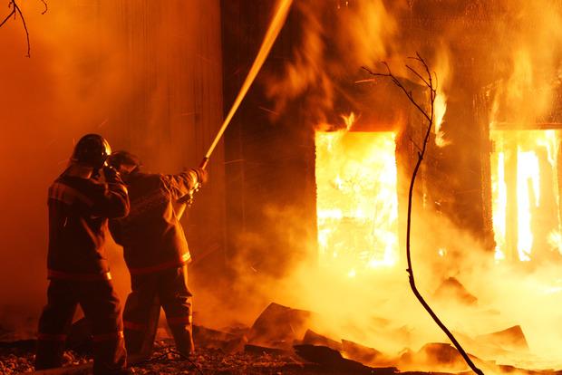 Под Киевом бушует мощный пожар на складе древесины