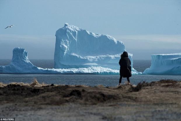 Самый большой айсберг в истории Земли раскололся пополам