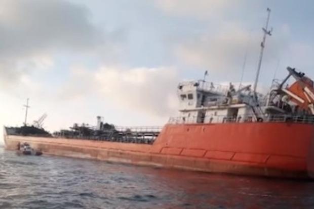 Взрыв на танкере в Азовском море: выброшенных за борт моряков ищут с помощью тепловизора