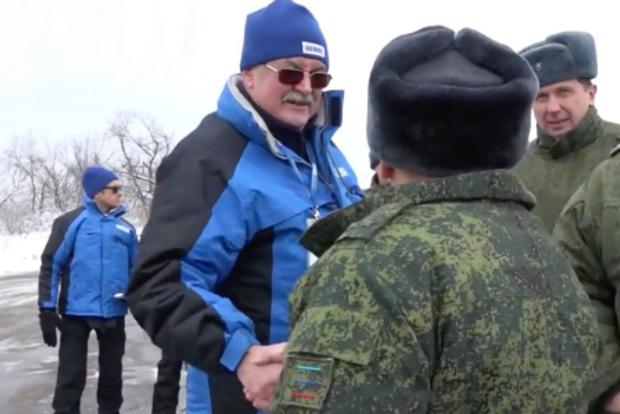 Просто механический жест: В ОБСЕ прокомментировали любезности наблюдателя с боевиком