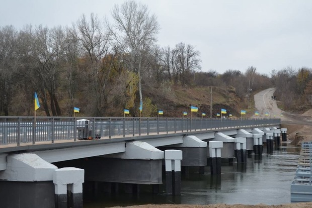 Военные отремонтировали мост, соединяющий Луганскую и Донецкую области