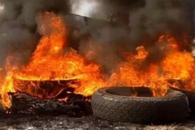 У Мінську протестувальники вперше відповіли на побиття ОМОНом - горять покришки і перекриті дороги