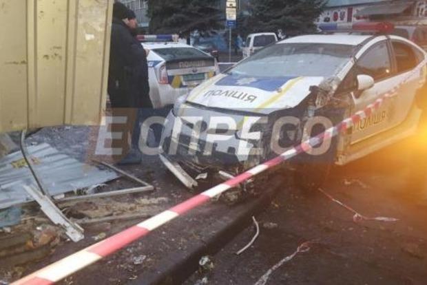 В Киеве полицейский автомобиль врезался в киоск
