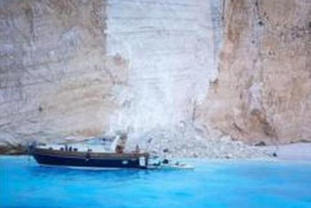 На популярном пляже на отдыхающих рухнула скала, пострадали дети (видео)