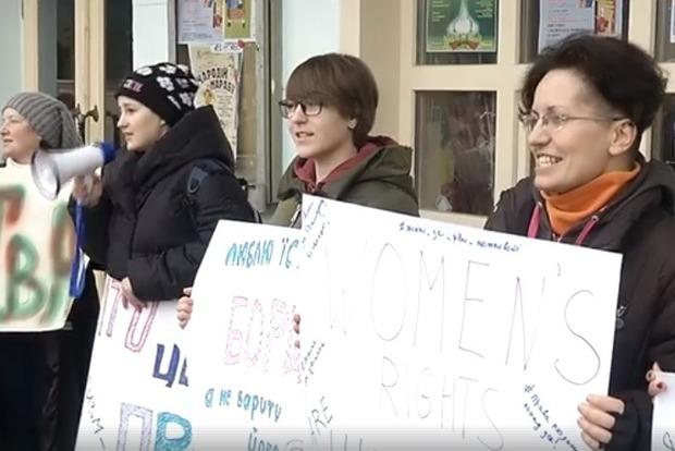 В Ужгороде участниц Марша за права женщин облили краской