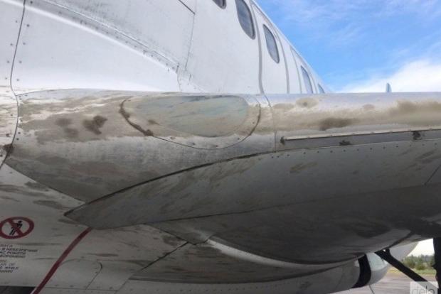 Грязный, но целый: появились фото самолета МАУ, застрявшего в бетоне