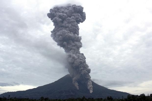 При извержении вулкана в Индонезии погибли семь человек