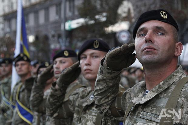 Военным хотят сделать официальным приветствие: «Слава Украине! – Героям слава»